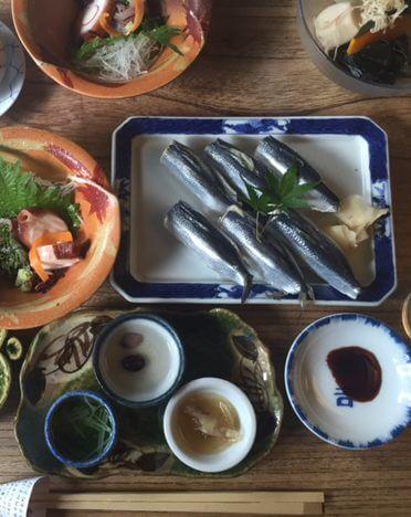 """刺身、酢漬け、寿司…と、岡山名物""""ままかり""""料理に舌鼓"""